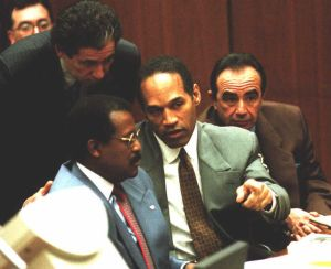 O.J. Simpson (C) confers with attorneys Johnnie Co